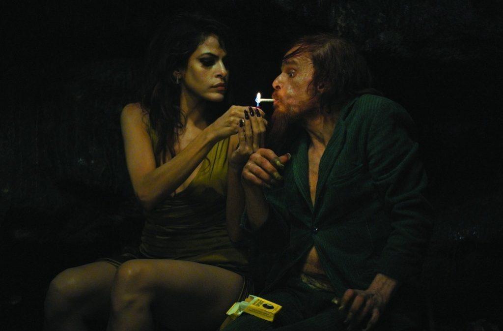 Kay M (Eva Mendes) ve M. Merde/Oscar (Denis Lavant)