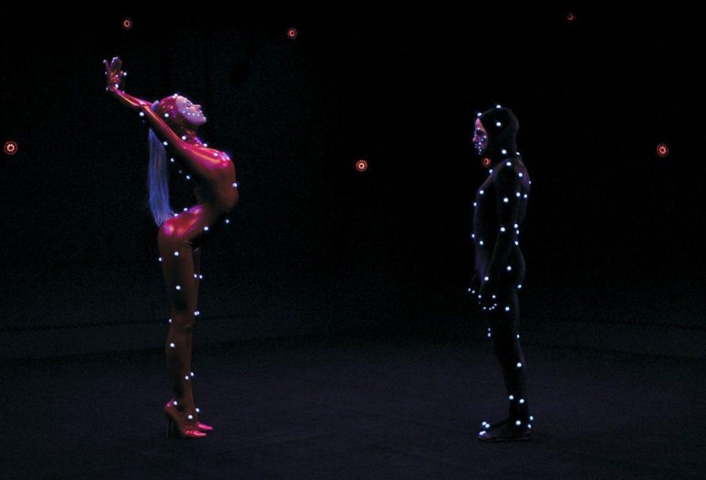 La cyber-femme (Zlata) ve L'OS de Motion-Capture/Oscar (Denis Lavant)