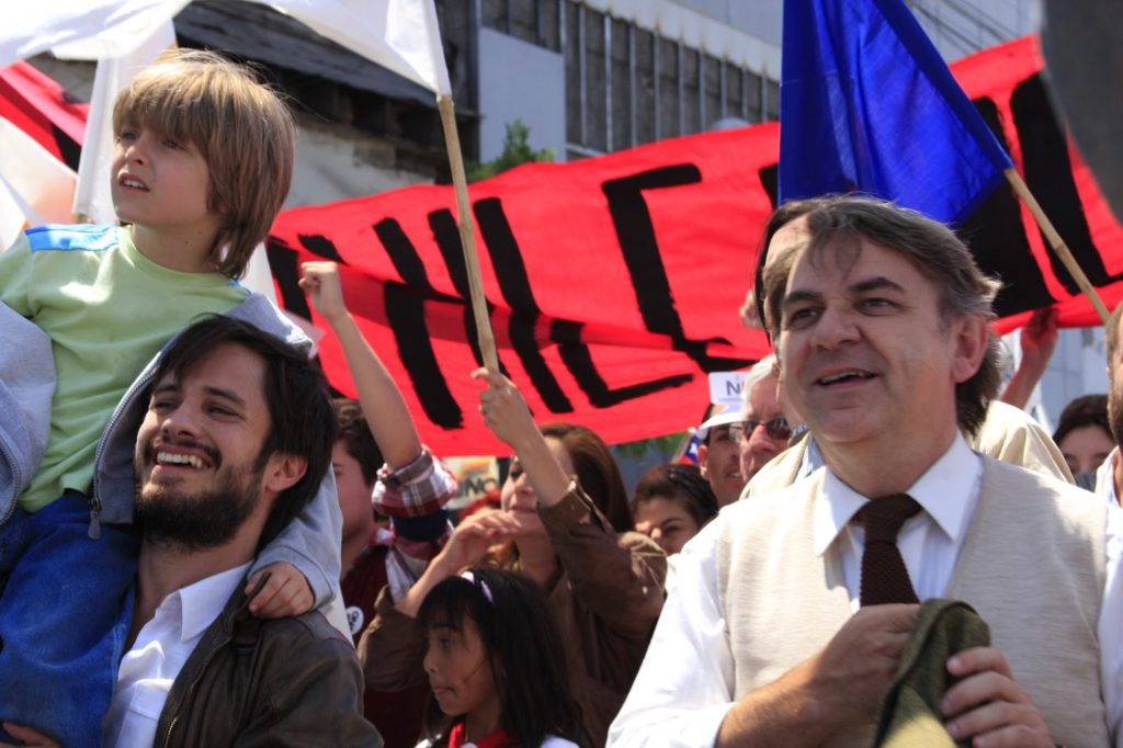 René Saavedra (Gael García Bernal) Oğluyla Miting Sırasında