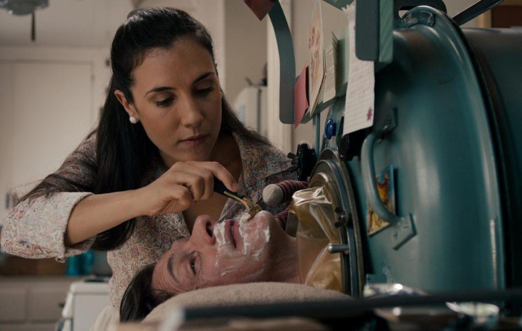 Bakıcı Amanda (Annika Marks) ve Mark O'Brien (John Hawkes)