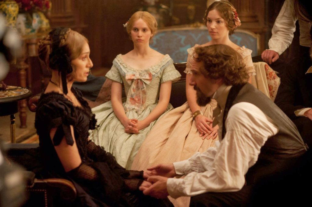 Frances Ternan (Kristin Scott Thomas), Ellen Ternan (Felicity Jones) ve Charles Dickens (Ralph Fiennes)